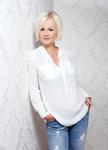 attraktive-blonde-frau-in-weiße-bluse