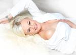 schöne.blonde-frau-sexy-freie-schulter-zeigt