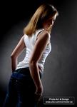 sportliche-junge-frau-in-jeans