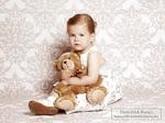 kleines-mädchen-kuschelt-mit-teddyber