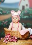 klein-kind-mit-süße-rosa-mütze-im-korb