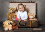 kleines-mädchen-im-koffer-mit-teddis