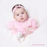 baby-im-rosa-kleidchen