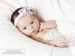 neugeborenes-mädchen-in-wese-spitzenstoff-gewickelt
