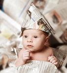 baby-in-der-zeitungspapier-gewickelt