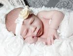 schlafendes-baby-mit-gelbe-haarband